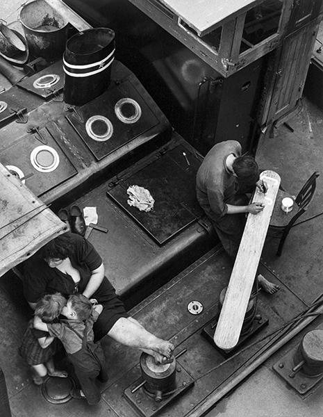 Gianni Berengo Gardin. Family on the Seine river, 1953
